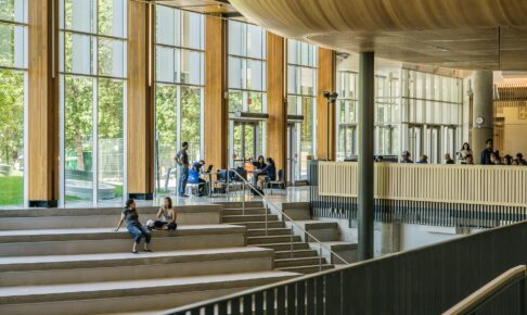 2020年の外国人留学生 コロナで前年比10.4%減の約28万人